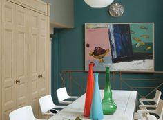 Γγρ│ Un sublime bleu canard (ou vert colvert), sur le mur illuminé par une toile, donne une atmosphère confinée à ce coin salle à manger.