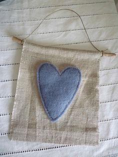 coeur feutrine appliqué sur lin  Could also be made for a garland