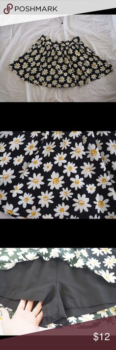 Adorable Daisy Skirt with Pockets This adorable daisy patterned skirt is in great condition. It has pockets and shorts underneath, so no need to worry about a windy day💨 Xhilaration Skirts