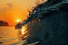 Puesta de Sol sobre una ola en Hawai