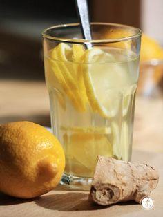 【作り方】 1. ショウガの皮をむきスライス、レモン(またはライム)も薄切りにします 2. グラスにお湯とミント、ハチミツを入れて5分ほどおいたら完成!