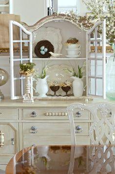 Renovierter Buffetschrank In Weiß Mit Abgeblätterter Farbe