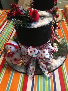 Top hat with lights Christmas Hats, Christmas Planters, Holiday Hats, Christmas Favors, Christmas Decorations To Make, Christmas Projects, Christmas Holidays, Christmas Wreaths, Christmas Ornaments