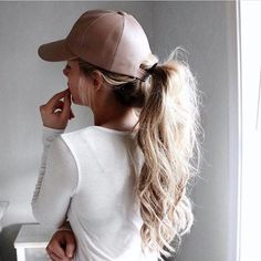 """@styledbykelsey+gives+new+meaning+to+""""hat+hair""""+#windsorstore+ Shop+link+in+bio."""