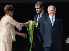 Janeiro/2015 - A presidente Dilma Rousseff recebe a faixa de presidente ao lado do vice-presidente Michel Temer durante a cerimônia de posse no Palácio do Planalto, em Brasília (Foto: Marcelo Camargo/Agência Brasil)