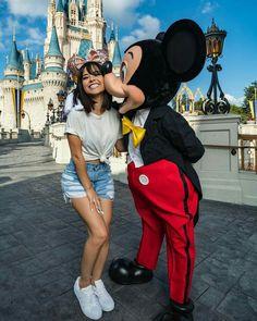 •Fotos para sacarte fotos en Disney y sus personajes..🎡💛 Disney World Outfits, Disney World Trip, Disney Vacations, Disney Worlds, Disneyland Paris Noel, Disneyland Photos, Disneyland California, Disneyland Outfit Summer, Disneyland Outfits