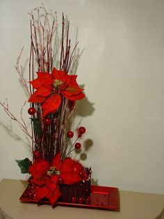 How to Make Christmas Centerpieces. Christmas is mainly a fun for children and parents too as they enjoy their holidays and Christmas party together. Christmas Flower Arrangements, Christmas Flowers, Christmas Home, Floral Arrangements, Christmas Holidays, Christmas Wreaths, Christmas Ornaments, Christmas Projects, Holiday Crafts