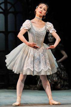 Nao Sakuma as Swanilda in Birmingham Royal Ballet's Coppelia. ✯ Ballet beautie, sur les pointes ! ✯
