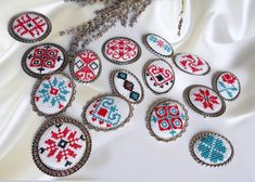 Martisoare traditionale cusute Create And Craft, Quilling, Hand Embroidery, Cross Stitch Patterns, Needlework, Sewing Patterns, Traditional, Handmade, How To Make