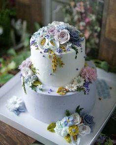 . . Happy Christmas ☃❄ . . #flowercake #designcake #handmade #party #birthday #wedding #buttercake #busan #gwanganri #wowowcake #class #order #carrotcake #christmas #메리크리스마스 #부산플라워케이크 #와우와우케이크 #꽃케이크 #버터플라워케이크 #광안리 #2단케이크 #플라워케이크수업 #예약주문 #버터플라워 #생일케이크 #파티케이크 #웨딩케이크