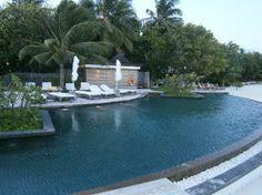 Constance Moofushi: La piscina!