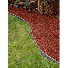 Design et épurée, cette bordure de jardin métallique délimite vos plates-bandes, vos allées de jardin, votre pelouse de façon nette et propre . Souple et flexible, vous pouvez réaliser des formes originales, arrondies ou carrées, autour des arbres...