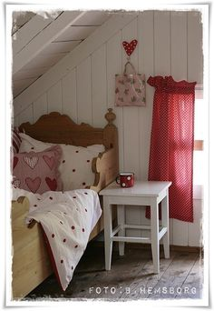 Red and white cottage bedroom! Attic Bedrooms, Girls Bedroom, White Bedroom, Interiores Shabby Chic, White Cottage, Cottage Style, Deco Design, Kid Spaces, Beautiful Bedrooms