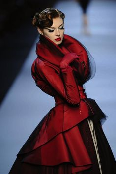 Christian Dior Haute Couture S/S Little red riding hood couture, - I've just bought the new Style in Dior glossy book . Dior Haute Couture, Couture Makeup, Couture 2015, Christian Dior Couture, Couture Shoes, Couture Dresses, Red Fashion, Look Fashion, High Fashion