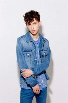 God damit stop being so hot troye ._.