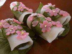桜舞うリアル桜餅の画像