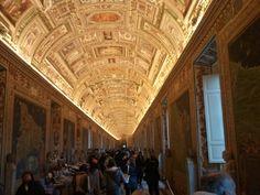 Dentro do museu do Vaticano, repare que irado! O teto inteiro com pinturas em afresco