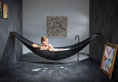 Banheira minimalista em forma de rede leva inovação e estilo para o banho