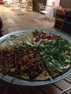 Cafe Despierto. Guatemala zona 14. Pizza cuatro estaciones. Entre ellas: barbacoa, cebolla, vegetales.