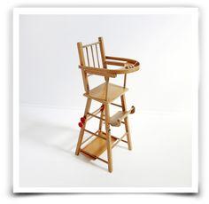 Chaise haute des années 60, en bois vernis pouvant se plier en parfait état.Dimensions:76 cm de haut 30 cm de large30 cm de profondeur