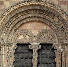 Jamba: es un elemento arquitectónico, que se distingue al estar a los costados de la puerta se puede identificar por su forma de letra H