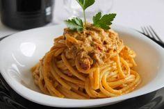 I bucatini con pesto di pomodori secchi e ricotta sono un primo piatto molto semplice e veloce da preparare ma che sarà perfetto davvero per tutti. Ecco la ricetta