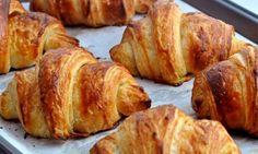 Μπορεί οι περισσότεροι από εμάς να έχουμε συνδέσει τα κρουασανάκια βουτύρου με τον αγαπημένο μας φούρνο, αλλά επειδή σαν το χειροποίητο, σπιτικό φαγητό, δεν έχει, αυτή η συνταγή θα σας ανοίξει ένα νέο παράθυρο στην απόλαυση! French Croissant, Croissant Dough, Croissant Recipe, Irish Recipes, Greek Recipes, Dough Ingredients, French Pastries, Pretzel Bites, Biscotti