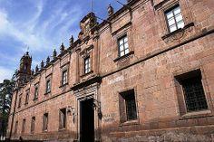 DELEITATE EN MORELIA. Uno de  más bellos edificios en Morelia es el Palacio Clavijero, ubicado en la esquina de Nigromante y Madero, cerca de la Catedral. La Compañía de Jesús llegó a la Nueva España en 1572, y en 1574 se establecieron en Pátzcuaro, ciudad que era sede de los poderes civiles y religiosos del estado.  En 1580 los poderes y los misioneros se mudaron a Valladolid y se instalaron en un pequeño recinto, que es parte del terreno donde ahora se encuentra el Palacio Clavijero.