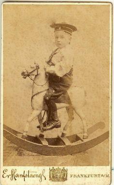 664080aa1a2b jouets d enfants, jeux de photographes   Petit garçon chevauchant un cheval  à bascule. Phot.