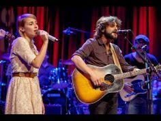 """▶ Quique González y Zahara interpretan """"Del Invierno"""" en el show 11 de Un Lugar Llamado Mundo - YouTube"""