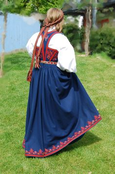 FolkCostume&Embroidery: Costume and 'Rosemaling' Embroidery of West Telemark, Norway Spanish Costume, Mexican Costume, Folk Costume, Traditional Fashion, Traditional Dresses, Norwegian Clothing, Russian Fashion, Russian Style, Finger Weaving