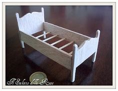 wooden bed tutorial I want to make this for a little doll quilt Miniature Furniture, Doll Furniture, Dollhouse Furniture, Miniature Rooms, Dollhouse Tutorials, Diy Dollhouse, Dollhouse Miniatures, Making Wooden Toys, Doll Beds