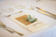 Rustic wedding theme. Table decoration. Menu in napkin with eucalyptus branch. Think Photografy. Bryllup. NordicPark.