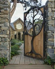 Tree inlay in wooden gate General information about the garden fence Garden fences have been around for many centuries. Gate Design, House Design, Wooden Gates, Wooden Fence, Diy Fence, Wooden Tree, Fence Ideas, Unique Doors, Outdoor Living