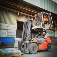 This changes everything! Imagine your with a chair lift. Heavy Equipment, Outdoor Power Equipment, Safety Fail, Fork Lift, Welding Projects, Stapler, Lifted Trucks, Tractors, Toyota