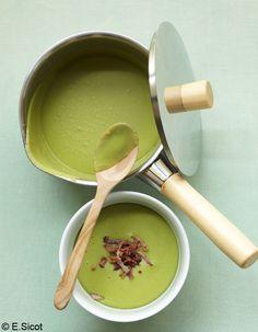 Recette Velouté de fèves : 1. Pelez les oignons, lavez-les et hachez-les, partie verte comprise. Écossez les fèves et retirez la petite peau claire qui les ...
