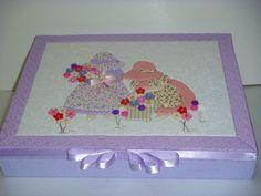 Caixa em MDF forrada por dentro e fora com tecido e a tampa em patchwork embutido. R$190,00