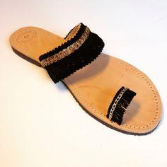 Negro étnico, sandalias boho con cadena, flecos y encajes. Son perfectos para cualquier ocasión, son cómodas y hechas de cuero genuino del 100%.