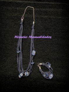 """Conjunto de collar y pulsera de trapillo azul """"jeans"""" con cuentas de Fimo en azul y plata.  www.misuenyo.com / www.misuenyo.es"""