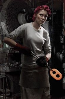 chainmaker Natalie Gore at Solid Swivel in Cradley Heath Brian Griffin, Natalie Gore, fabbricante di catene, The Solid Swivel Company ltd.Cradley, Inghilterra 2010 – Courtesy of Birmingham Central Library Photography Women, Color Photography, Portrait Photography, David Goldblatt, British Journal Of Photography, Elliott Erwitt, Environmental Portraits, Photography Exhibition, Industrial Photography