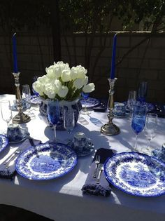 Parsimonious Décor Darling: Set Your Table With Flair--Welcome Spring Tablescap. Blue Willow China, Blue And White China, Blue China, White Table Settings, Beautiful Table Settings, Place Settings, Dresser La Table, Blue Rooms, Elegant Table