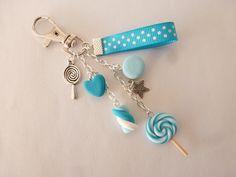 Bijou de sac gourmand bleu turquoise biscuit coeur macaron guimauve et sucette sucre d'orge lollipop en Fimo