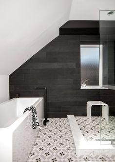 carrelage salle de bains 2015:  sol à motifs et murs en anthracite