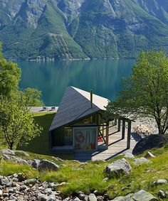 snøhetta's gapahuk is a cabin retreat fit for any landscape