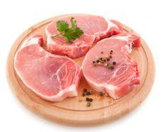 A carne de porco é uma excelente fonte de proteínas. Contudo, o mais interessante é que existem estudos científicos que constataram uma concentração muito superior dos chamados aminoácidos essenciais nesse tipo de carne. Em outras palavras, a carne de porco é mais vantajosa quando o assunto são os aminoácidos que o organismo não consegue produzir, como a valina, a lisina, e a leucina.