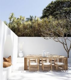 A Modern Outdoor Getaway Patio Design With Natural Rattan Chairs And Light Wood Dining Table For The Perfect Outdoor Entertaining And Dining Area. Featuring A Build In Arched Daybed Bench With Natural Tan Throw Pillows Design Exterior, Interior And Exterior, Outdoor Spaces, Outdoor Living, Outdoor Decor, Outdoor Kitchens, Appartment Design, Mediterranean Decor, Outdoor Furniture Sets