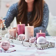 Perlenketten und Dekogirlanden bilden ein echtes Highlight auf diesem Adventstablett.