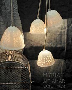 #porcelain #lamp #handmade #handcrafted #transparence #ceramics #baladeuse #fildoré #cloche #petitelampegrainderiz #petitelampegrospois #petitelampesentelle #moyennelampegrainderiz #lumiere #wabisabi #creditphotomarieroura #myriamaitamarceramics