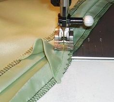 Sewing Techniques Couture How to add walking ease in a lining for a pleated skirt. Sewing Hacks, Sewing Tutorials, Sewing Crafts, Sewing Tips, Sewing Ideas, Techniques Couture, Sewing Techniques, Tips & Tricks, Leftover Fabric