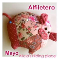 Adorable little piggy pincushion. Thank God my daughter teaches Spanish, but I think I get the gist just by seeing the pictures.  Great tutorial.  Thank you Alicia!